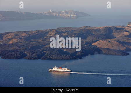 Un traghetto attraversa la caldera di santorin, Firostefani, Santorini, greco Foto Stock