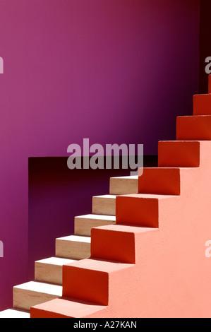 Passaggi di colore in una villa spagnola progettato dagli architetti Legorreta & Legorreta Foto Stock