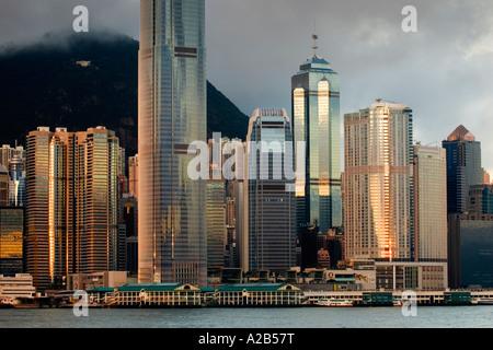 Alba vista del Victoria Harbour con Ferry Terminal e grattacieli sull isola di Hong Kong, Hong Kong, Cina