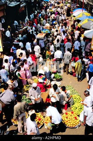 L'inimmaginabile buzz sul mercato della frutta di Dadar West, Mumbai seething con la folla di acquirenti e venditori. Foto Stock