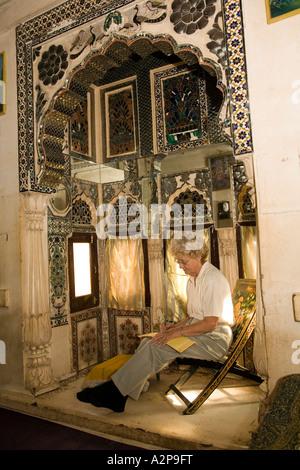 India Rajasthan Jodhpur città vecchia Singhvis Haveli vecchi western donna seduta in camera shisha Foto Stock
