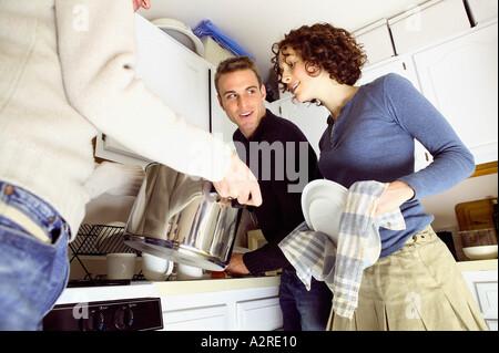 Amici in piedi in cucina Foto Stock