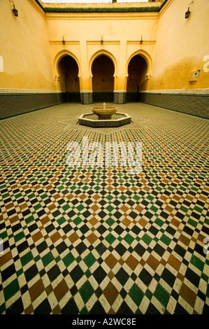 Antichità portali ad arco e intricato lavoro di piastrelle del Mausoleo di Moulay Ismail città di Meknes Marocco Foto Stock