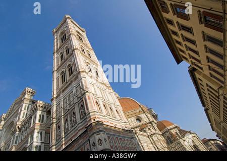 Una vista astratta del Campanile di Giotto accanto al Duomo in Piazza del Duomo di Firenze. Foto Stock