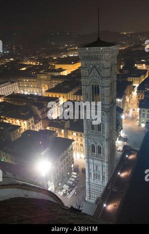 Un ampio angolo di vista su Firenze di notte dal Duomo pubblica della piattaforma di visualizzazione che mostra il campanile di Giotto.