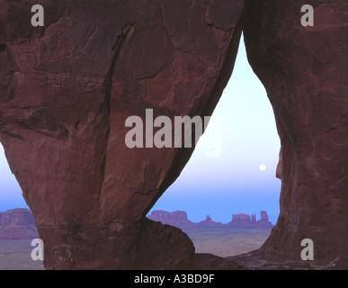 Ore del sorgere a lacrima Arch Monument Valley Tribal Park Utah Arizona Foto Stock