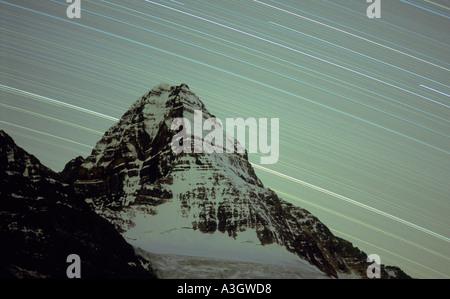 Tracce stellari su MT. ASSINIBOINE, noto come il Cervino delle Montagne Rocciose Canadesi Foto Stock