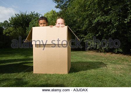 Un ragazzo e una ragazza in una scatola Foto Stock