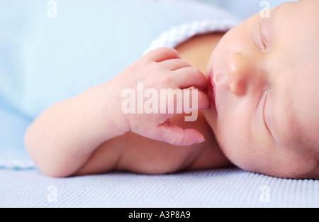 Vista dettagliata del neonato dormire sulla coperta di blu Foto Stock