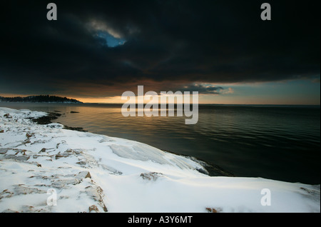 Drammatico paesaggio invernale dall'Oslofjord, a Larkollen in Rygge kommune, Østfold fylke, Norvegia. Foto Stock