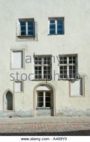 Europa Tallinn Estonia vecchia città medievale di windows da diversi secoli Tolli Street nella città vecchia di Foto Stock
