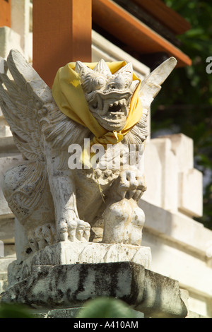 Spiaggia di Sanur Bali Indonesia statua su un santuario Foto Stock