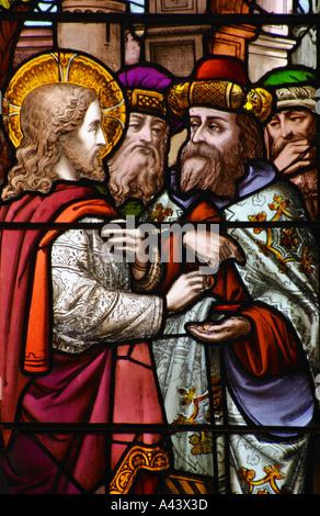 Rendete a Cesare ciò che spetta a Cesare un dettaglio di una vetrata Abbazia di Bath Foto Stock