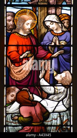 Giovane uomo io dico il sorgere della guarigione di un uomo zoppo un dettaglio di una vetrata Abbazia di Bath Foto Stock