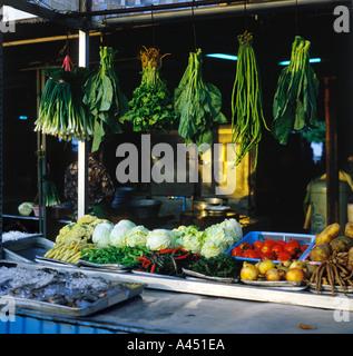 Thai verdura verde sospesa sopra il contatore visualizzazione livello di verdure fresche più pesce in ghiaccio sul carrello all'aperto in Hua Hin Tailandia