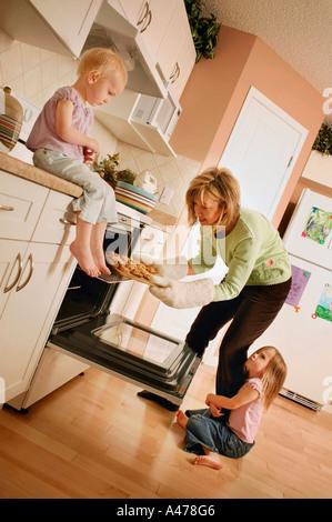 Madre di due bambini piccoli Foto Stock