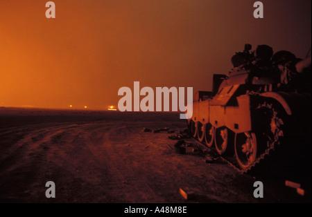 Gli incendi di olio in prossimità del confine iracheno in lacerato dalla guerra del Kuwait 1991 Foto Stock