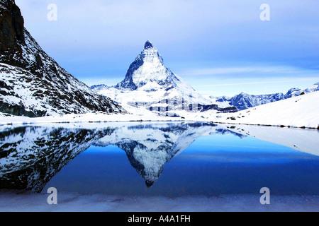 Il Cervino e Riffelsee in inverno, Svizzera Vallese, Zermatt Foto Stock