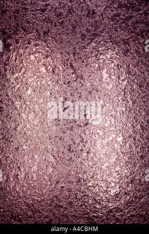 Un pannello retroilluminato di splendidamente rosa testurizzata vetro macchiato. lo spazio per la copia. La fotocamera Nikon D2x. Foto Stock
