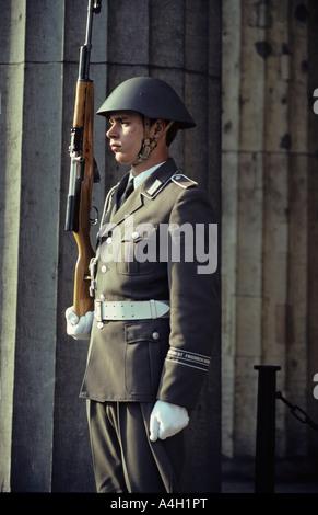 Soldato di guardia reggimento di l'esercito popolare nazionale di fronte alla Zeughaus, East-Berlin, RDT Foto Stock
