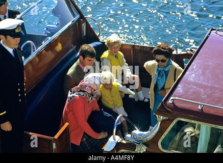 La regina e i membri della sua famiglia visto sul Royal Barge al Porto di Scrabster, Scozia nel mese di agosto 1984. Foto Stock