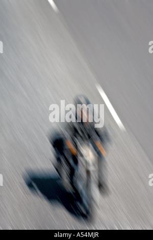 Immagine sfocata di un motociclista la guida veloce su una autostrada Foto Stock