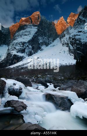 L'inizio dell'inverno. La luce del mattino sulla verticale Parete Troll e i picchi Trolltindane nella valle Romsdalen, Foto Stock