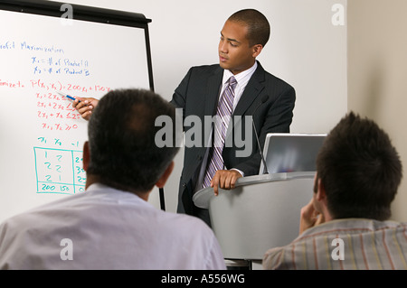 Imprenditore dando la presentazione Foto Stock