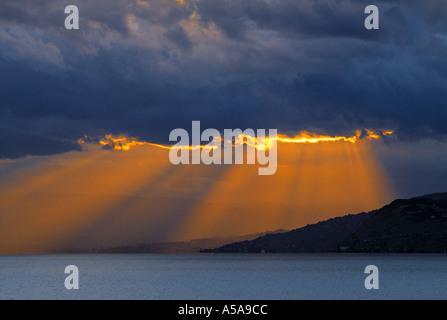 Raggi di sole tra le nuvole Foto Stock