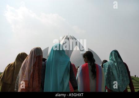 Le donne di fronte Bahai casa di culto, India Delhi Foto Stock