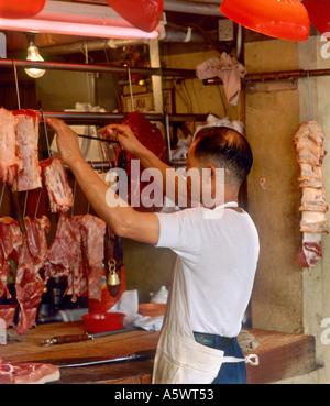 Butcher nel Mercato Stanley, Stanley, isola di Hong Kong, Hong Kong.