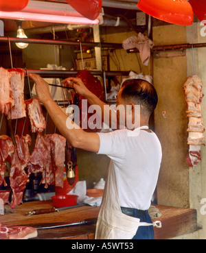 Butcher nel Mercato Stanley, Stanley, isola di Hong Kong, Hong Kong, prese nel 1992 Foto Stock