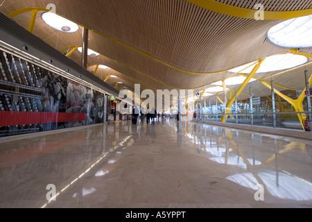 Dall'aeroporto Barajas di Madrid, Aeroporto Madrid interna terminale 4S progettata da Antonio Lamela e Richard Rogers