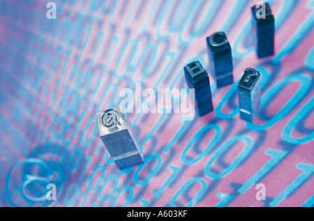 Close-up di blocchi di stampa su codici binari Foto Stock