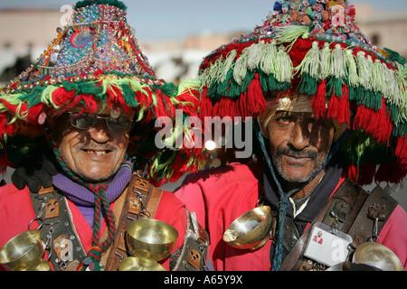 Close-up di due venditori di acqua, Djemaa el Fna a Marrakech, Marocco Foto Stock