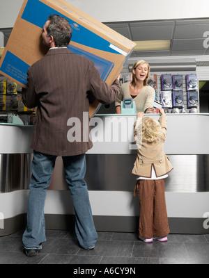 Padre e figlia della televisione di acquisto Foto Stock