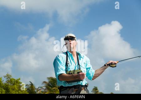 BELIZE Ambergris Caye maschi adulti per la pesca con la mosca in appartamenti lungo il litorale per bonefish casting Foto Stock