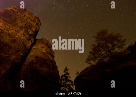 Cielo stellato con rocce in Svizzera Sassone NP, Germania, Sassonia Foto Stock