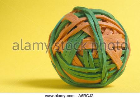 Una sfera realizzata di bande di gomma Foto Stock