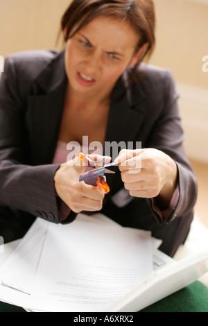 Donna taglio carta di credito Foto Stock