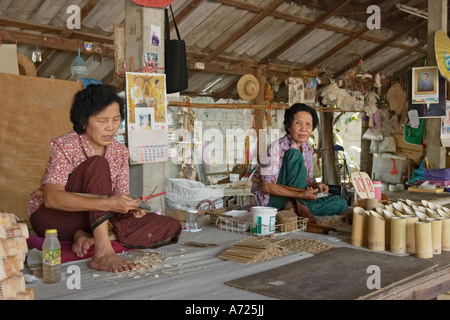 Donne locali rendendo ombrelloni tradizionali a Bo Sang village. Chiang Mai, Thailandia. Foto Stock