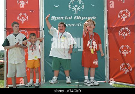 Atleti olimpionici speciale celebrare come essi ottenere metalli durante il Connecticut Giochi olimpici speciali Foto Stock