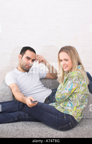 Coppia giovane guardando la tv insieme Foto Stock