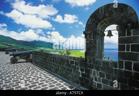 Torre campanaria e Cannon Sui merli di Brimstone Hill, 17C fortezza, un sito Patrimonio Mondiale dell'UNESCO, su Saint Kitts Foto Stock