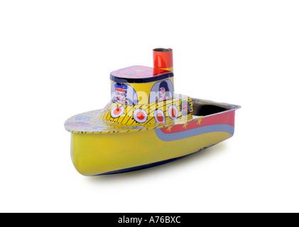 Bambino giocattolo barca di stagno su un puro sfondo bianco. Foto Stock