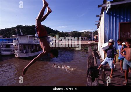 Ragazzo immersioni subacquee da un molo Foto Stock