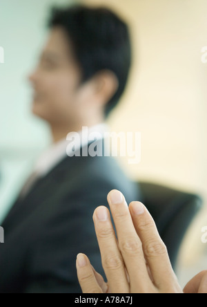 L'uomo le mani, imprenditore nel fondo sfocato Foto Stock