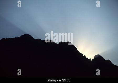 Il sole sorge sopra il Col de Bavella nelle montagne della Corsica Foto Stock