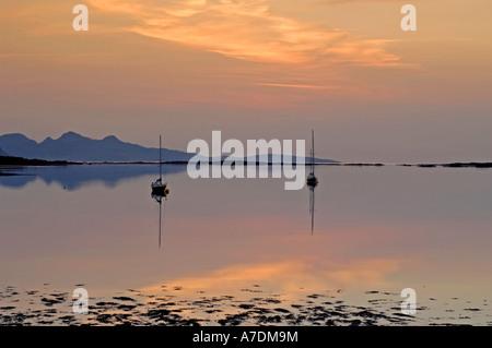 Isole di Rum tramonto nelle Ebridi Interne Inverness-shire regione delle Highlands Scozzesi. XPL 6347