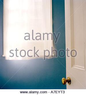 Soffiatura a tendina nella finestra con la finestra aperta e aprire lo sportello Foto Stock
